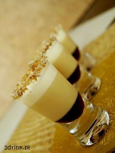 Kolejny z shotów inspirowany popularnym cukierkiem - shot Ferrero. Cocktails, Drinks, Bartender, Smoothies, Panna Cotta, Cake Recipes, Juice, Food And Drink, Ethnic Recipes