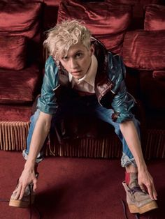 He's looking at you serious . not everyone can do it in this situation 😂 Troye Sivan Songs, Blue Neighbourhood, Tyler Oakley, Cute Gay Couples, Boy Pictures, Lost Boys, Music Is Life, Beautiful Boys, Ariana Grande
