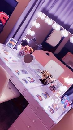 Small Room Design Bedroom, Bedroom Decor For Teen Girls, Room Ideas Bedroom, Vanity Set Up, Diy Vanity, Neon Bedroom, Beauty Room Decor, Decor Home Living Room, Funny Insults