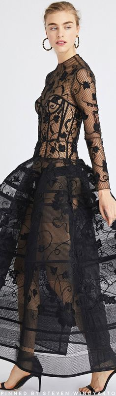 Shop for Oscar de la Renta Grape Vine Lace-Embroidered Tulle Gown and designer Gowns and Caftans at the official ODLR website. Vestidos Fashion, Fashion Dresses, Tulle Gown, Leather And Lace, Black Leather, Glamour, Designer Gowns, Couture Dresses, Beautiful Gowns