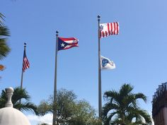 Consulado de Estados Unidos, la altura y el orden estan correctos al igual que la hora. Pero hay dos banderas en el mismo lugar. 2:31pm