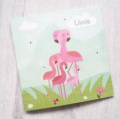 www.hetuilennestje.nl geboortekaartje Livvie, flamingo's, flamingo, dieren, roze, groen, blauw, zee, water, gras, wolken, familie