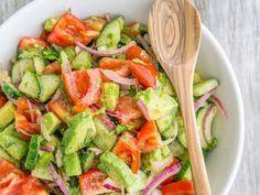 Une salade composée de concombres, de tomates et d'avocats a été épinglée plus de 800 000 fois sur Pinterest. Voici sa recette ! Healthy Salads, Healthy Eating, Caprese Salat, Caesar Salat, Diet Recipes, Healthy Recipes, Detox Salad, No Sugar Diet, Good Food