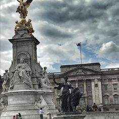 Queen Victoria Memorial #queenvictoria #london #travel #travelblogger #travelphotography #livingmylife #gönnung Victoria Memorial, Queen Victoria, London Travel, Statue Of Liberty, Journey, Photo And Video, Pictures, Instagram, Statue Of Liberty Facts