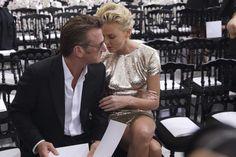 Sean Penn e Charlize Theron trocam carinhos durante semana de moda Namorados estavam na primeira fila do desfile de alta costura da grife Christian Dior, que aconteceu nesta segunda-feira, em Paris.