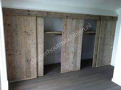 Onder het schuine gedeelte van de zolder ook schuifdeurtjes maken. maar dan met die verticale lijnen panelen.