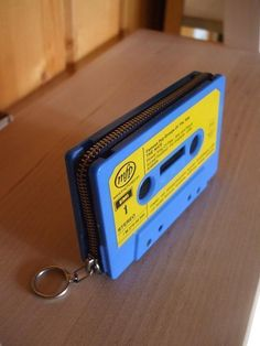 Old Cassette Tape+ Zipper . Make a cassette tape wallet in under 60 minutes by not sewing with hot glue gun, zipper, and cassette. Inspired by clothes & accessories. Creation posted by LittleBig. Upcycled Crafts, Diy And Crafts, Retro Crafts, Cassette Tape Crafts, Vhs Cassette, Casette Tapes, Make And Sell, Craft Projects, Recycling Projects