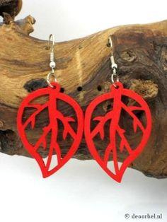 Rode bladvormige dunne houten oorbellen voor maar 1,65 per paar bij Deoorbel