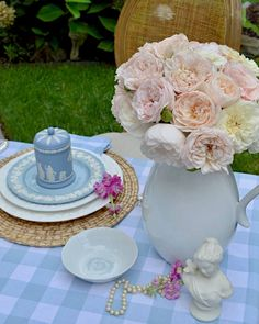 A bouquet of blush roses enhances the elegance of @rosemarythymeblogspotcom's charming table. 📸 : @rosemarythymeblogspotcom (On Instagram) #repost #southernladymag #rosemarythymeblogspot #gardenroses #blushroses #wedgwood #jasperware #alfresco #diningalfresco Instagram Repost, Blush Roses, Wedgwood, Tablescapes, Beach House, Bouquet, Outdoors, Table Decorations, Dining