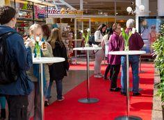 Hansan Ravintolafest -tapahtumassa pöydät punaisine mattoineen olivat katettuina ja valmiina herkutteluhetkiin.