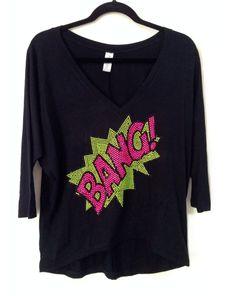 Camisa modelo arredondeada en tela visco negra con aplique leyenda Bang