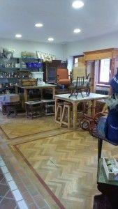 En su taller y zona de exposición puedes ver muebles a medio restaurar realmente espectaculares.