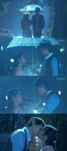 """Naoki: """"Oí que se te propuso. ¿Qué le dijiste?"""". Kotoko: """"No te importa"""". Naoki: """"Cierto"""". Naoki: """"¿Lo amas?"""". Kotoko: """"Él me ha amado hace 4 años"""". Naoki: """"¿Amas a alguien sólo porque te dice que te ama?"""". Kotoko: """"Tuve un amor no correspondido por muchos años y estoy cansada de amar a alguien que no me ama"""". Naoki: """"¡Tú me amas a mí! No puedes a amar a nadie más"""". Kotoko: """"Tienes mucha confianza. ¡Así es, así es! Pero tú no me amas""""- él la besa - Itazura na Kiss Love in Tokyo, Ep 16"""