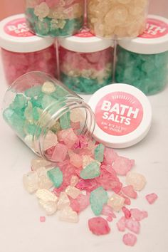How To Make These Gorgeous, Sparkling Bath Salt Gifts! Learn how to make these gorgeous, sparkling bath salts as gifts!Learn how to make these gorgeous, sparkling bath salts as gifts! Homemade Christmas Gifts, Homemade Gifts, Homemade Beauty, Boho Lifestyle, Craft Font, Homemade Anniversary Gifts, Anniversary Ideas, Wedding Anniversary, Bath Recipes