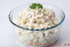 Potatissallad - Den godaste potatissalladen tycker jag! Med äpple, lök och gurka i receptet. Bilder steg för steg.