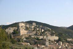 Le château domine le village