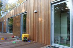 Store vinduer giver masser af lys - der er monteret skodder til afskærmning efter behov. Shed, Outdoor Structures, Garden, Lily, Patio, Garten, Lawn And Garden, Gardens, Gardening