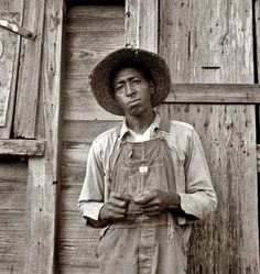 Tenant farmer in Chatham County, North Carolina. Farm Security Administration photograph by Dorothea Lange, 1939 Marie Curie, Vintage Photographs, Vintage Photos, Antique Photos, Dorothea Lange Photography, Dust Bowl, August Sander, Great Depression, Farmhouse