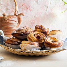 Baka sommarens godaste bullar med nyplockade bär som hallon, blåbär eller röda vinbär. För att lyxa till det ytterligare har vi fyllt vaniljbullarna med smörkräm. Gör en stor laddning - dessa kommer gå åt fort!
