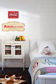 A Coca-Cola sign adds a touch of bright red to this child's room. I like the reclaimed cabinet, too. From EN MI ESPACIO VITAL.
