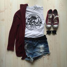 Il colore più trendy della stagione si indossa con i jeans strappati, una maglietta neutra con stampa e felpa della stessa tonalità. #Converse #outfit