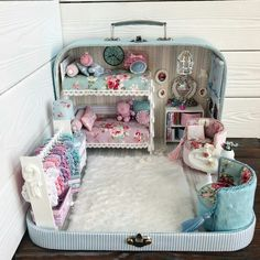 DIY doll house by using a shoebox - There are different methods of making doll houses using different material Modern Dollhouse, Diy Dollhouse, Dollhouse Miniatures, Miniature Rooms, Miniature Crafts, Diy Gifts For Kids, Diy For Kids, Doll Furniture, Dollhouse Furniture