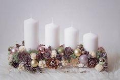 Новорічні композиції зі свічками, які можна зробити своїми руками. 50 фото-ідей | Сім'я і дім Christmas Advent Wreath, Christmas Candle Decorations, Christmas Favors, Christmas Arrangements, Christmas Tablescapes, Christmas Candles, Christmas Crafts, Simple Christmas, Christmas Time