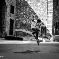 Buon mercoledì con questo scatto aereo di @silvypsyco ❤️ . .  #streetphotography#skate#youngman#ig_italia#ig_blackandwhitephotography#volgobiancoenero#movingculturebrescia#blackandwhite#vivoinbiancoenero#sport#like#instalike#ig_dynamic