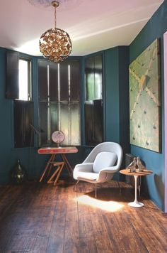Teal painted walls and wooden floor Murs Turquoise, Salon Mid-century, Home Office, Mid Century Living Room, Teal Walls, Fashion Room, Cool Rooms, Beautiful Interiors, Home Decor Inspiration