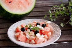 In Kombination mit Schafskäse und frischen Kräutern wird aus Melone das perfekte Abendessen für heiße Sommertage.