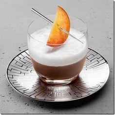 Персиковый кофе.  Удивительное и самобытное сочетание – крепкий кофе и мягкий персиковый сок – обязательно понравится вам, ведь эти компоненты прекрасно дополняют друг друга.   Ингредиенты: Вода – 100 мл Сливки (20%) – 10 мл Сок персиковый – 50 мл Кофе молотый  Приготовление: Кофе сварить, затем процедить. Соединить со сливками персиковый сок и долить кофе до полного объема. Напиток подается как в горячем виде, так и охлажденным.