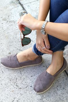 Step up your TOMS collection with these Ash Grey Suede With Rope Sole Women's Classics. With a removable sock liner, rope sole, and whip stitch detail they're sure to be your fanciest TOMS yet.