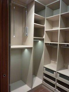 armario tres puertas correderas vestidor equipado con percheros iluminados leds