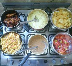 Almoço de domingo 😋😋 Arroz com açafrão, feijão, macarrão com molho de tomate, linguiça, milho verde e azeitona, batata da onda e salada de tomate com cebola roxa e frango dourado (receita em #frangodouradosemoleodadai)❤.#almoço #janta #domigão #fds #vidareal #lookdofogao #fome #lardocelar #panelazap #itsdaicoelho #yummy #comidafresca #comidacaseira #donasdecasareunidas #simplesereais #belasedolar #foodblogger #blogculinair Menu Dieta, Dinner Recipes, Dessert Recipes, Food Gallery, Home Food, Griddle Pan, Indian Food Recipes, Carne, Food And Drink