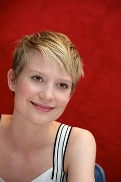 Mia Wasikowska pixie cut, I love her. And her hair perfectly compliments her features. Perfecto!