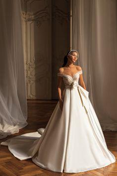 Νυφικο σε αλφα γραμμη απο σατεν mikado Couture Collection, Dress Collection, Bridal Dresses, Wedding Gowns, Wedding Photo Checklist, Elegant Dresses, Formal Dresses, Bridal Boutique, One Shoulder Wedding Dress