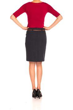 Elegancka spódnica na podszewce wykonany ze strukturalnej dzianiny w głębokim odcieniu granatu. Opticalowy wzór w drobne szare romby nadaje modelowi oryginalny charakter. Prosta forma  midi z koniakowym paskiem w talii. Świetnie zaprezentuje się w office'owym zestawie z żakietem w tej samej barwie, jak również z lekkim, dopasowanym sweterkiem w kolorze szarości.