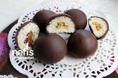 Çikolata Kaplı Hindistan Cevizi Topları Tarifi nasıl yapılır? 36.201 kişinin defterindeki bu tarifin resimli anlatımı ve deneyenlerin fotoğrafları burada. Yazar: Safiye Aras