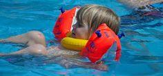 Klar, Pools stellen eine Gefahr dar, aber mit Schwimmflügeln ausgestattet und unter Aufsicht spricht nichts dagegen Kindern die Erfrischung im kühlen Nass zu gönnen!