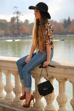 Casual floral spring outfit. Floppy hat, loose blouse and peep-toe pumps.