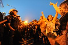 NATO protests in Chicago: Police van drives into protesters, web video reporters detained, held at gunpoint (photos+video)