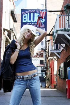 It's cool to pose in front of local landmarks. How To Take A Glamour Shot Like Teenage Taylor Swift Taylor Swift Country, Young Taylor Swift, Photos Of Taylor Swift, Estilo Taylor Swift, Taylor Swift Album, Taylor Swift Hot, Taylor Swift Tim Mcgraw, Red Taylor, Taylor Swift Photoshoot