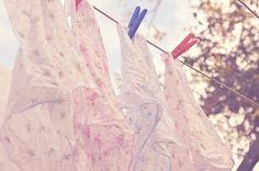 """""""No fim tu hás de ver que as coisas mais leves são as únicas que o vento não conseguiu levar: um estribilho antigo, um carinho no momento preciso, o folhear de um livro de poemas, o cheiro que tinha um dia o próprio vento!..."""" (mario quintana)"""