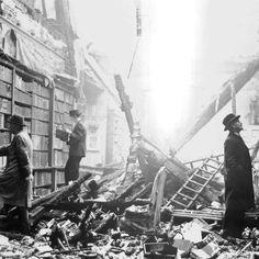 En 1940, durante la Segunda Guerra Mundial, la biblioteca Holland House de Londres queda en ruinas debido a los bombardeos. Los británicos, sin perder la calma, continúan visitando su biblioteca. #bombardeos #biblioteca #londres http://www.pandabuzz.com/es/imagen-historica-del-dia/lectores-biblioteca-ruinas