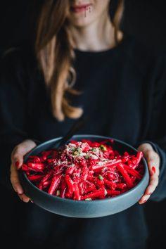 Unsere Rote Bete Pasta (from Hell) steht in maximal 30 Minuten auf dem Tisch und schmeckt nicht nur an Halloween beinahe schon unverschämt gruslig gut. Fall Recipes, Vegan Recipes, Vegan Food, Chicken Chickpea, Eat This, Food Places, Vegan Cake, Beetroot, Nutritious Meals