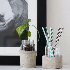 This DIY vase in concrete and glass make your flowers or plants even more beautiful to look at. It can also be used to store things. Living Room Playroom, Diy Clay, Dollar Stores, Concrete, Planters, Arts And Crafts, Make It Yourself, Crafty, Craft Ideas