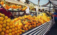 Brasil, terra da abundância. Barraca de frutas em feira na Vila Mirandólopis…