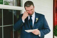 SZÍVSZORÍTÓ ÜZENET AZ ESKÜVŐI ZAKÓ ZSEBÉBEN!!! Sanyi nagyon izgatott volt az esküvője napján!! Amikor izgalomtól remegve magára húzta az esküvői zakóját, feltűnt neki, hogy...