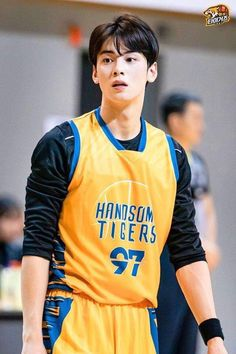 Recently, a series of photos of ASTRO's Cha Eunwoo burning it up on the basketball court have been circulating online and driving everyone wild. Cha Eun Woo, Cute Asian Guys, Asian Boys, Asian Men, Korean Star, Korean Men, Korean Celebrities, Korean Actors, Korean Idols
