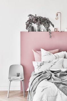 Unsere Lieblinge im Herbst? Ganz klar: softe Pastellfarben! Die weichen Töne wirken unaufdringlich und lassen das Schlafzimmer strahlen. Bettwäsche in zartem Rosa + heller Marmor-Optik = unschlagbar stylisch und schön. Diese Kombination läd zum Träumen ein!  // Pastell Wohnen Farben Bettwäsche Einrichten Bett Wandfarbe Marmor Weiss Grau Rosa